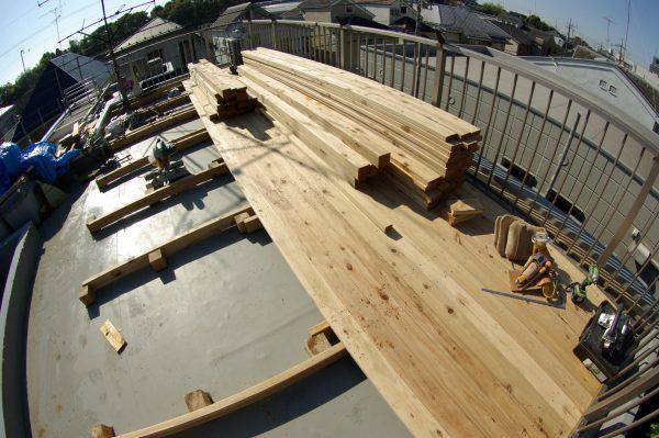 天然木のウッドデッキ材