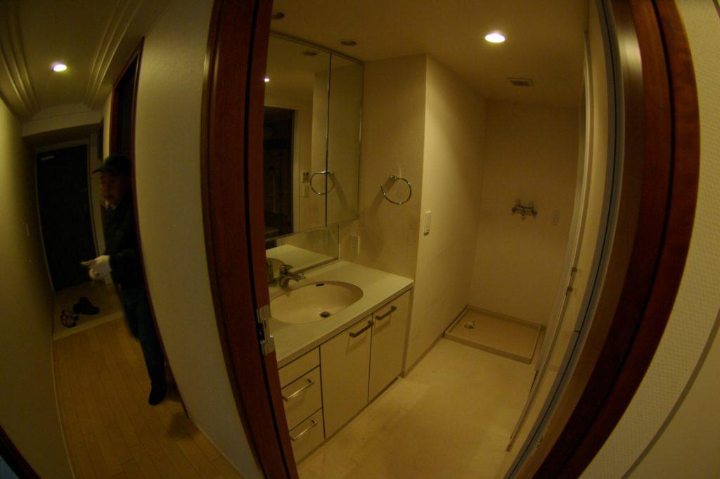 古い作り付けの洗面所からTOTO洗面化粧台にリフォームした事例