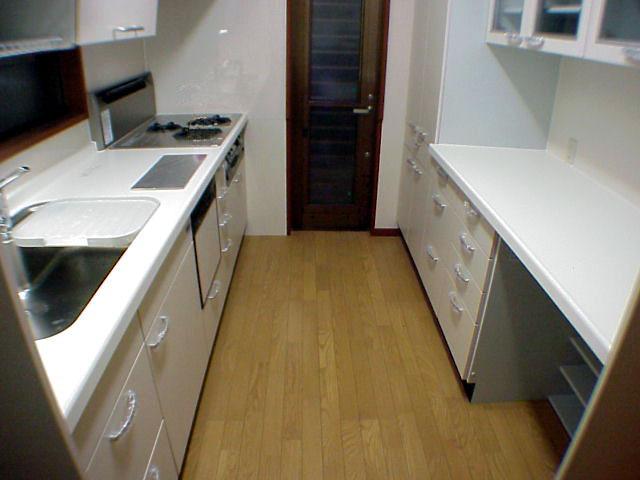 Ⅰ型の在来キッチンをTOTOのシステムキッチンに取替え、勝手口も増設