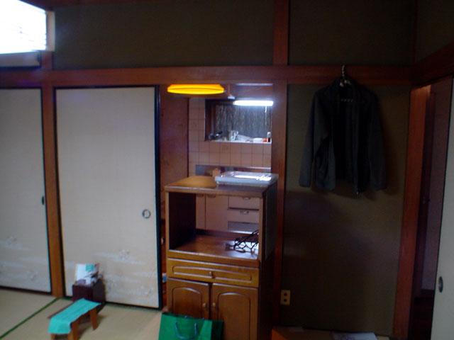 大きなドア、間仕切り開閉壁付きのキッチン 床は天然無垢材で