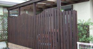庭にテラス屋根付きのウッドデッキを設置、木製フェンスでおしゃれに演出