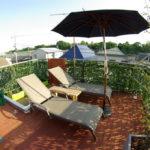 天然木のウッドデッキで憩いの屋上庭園を実現した事例