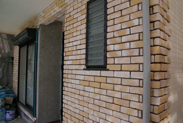 職人が仕上げるタイルの壁