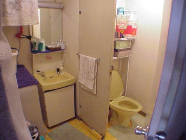 作りの古いトイレ。床やクロスをリフォームした事例