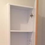既存トイレの壁に埋め込み収納棚を設置した事例