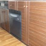 職人技で実現!システムキッチンの扉と引出しの下に食洗機をビルトイン