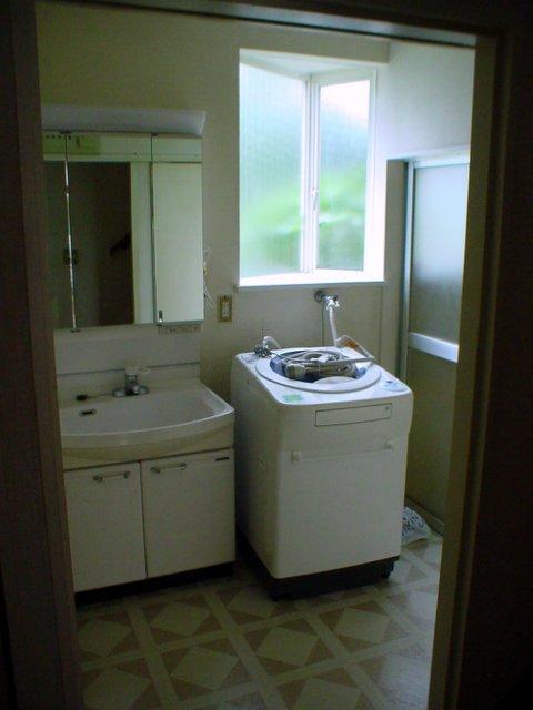 洗面台下の床張り替えと入口建具の取替えをしたリフォーム事例