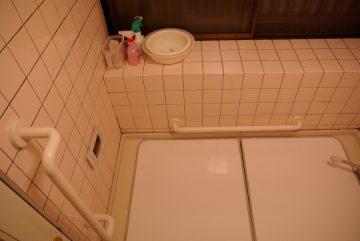 玄関前の階段・浴室に手すりを設置し、より安全な暮らしへ