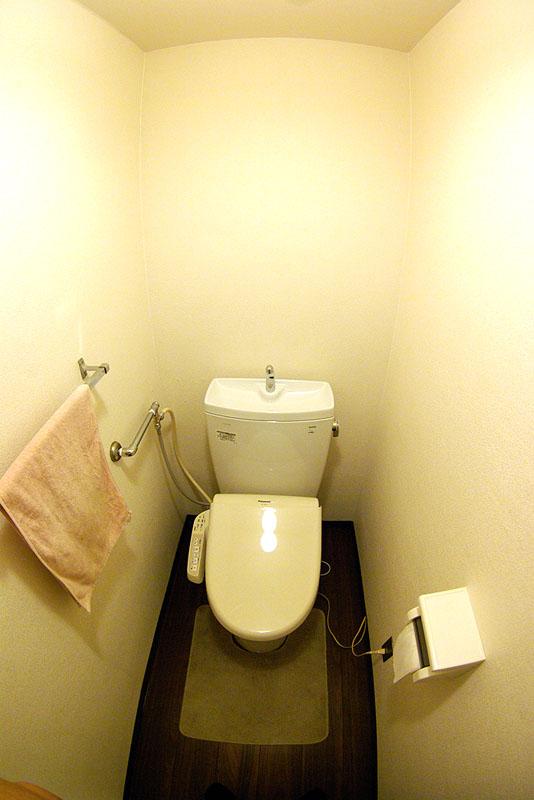 隅付きタンク式だったトイレを一体型へ すっきりシンプルな空間に