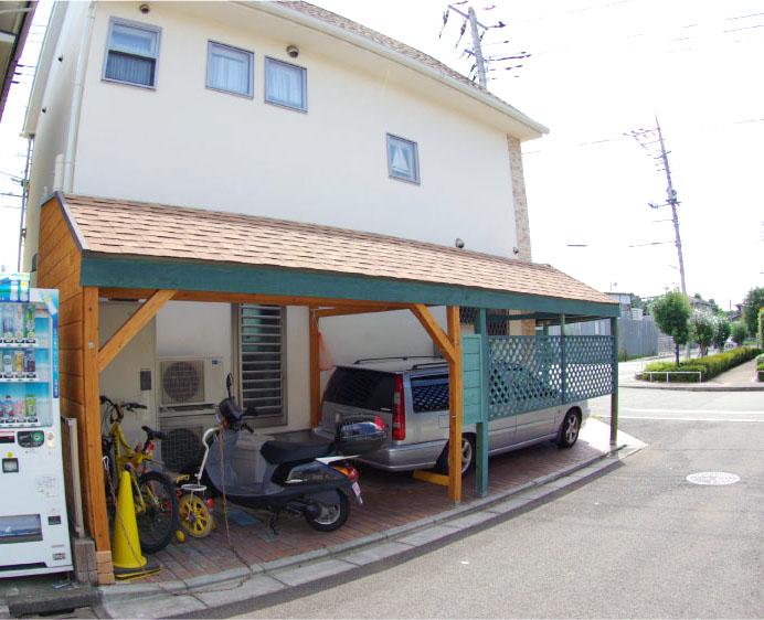 自宅横に屋根付きの駐車場・駐輪場を併設!