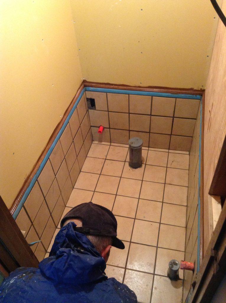 オフィスの屋外トイレを移設 便器は移動して再利用