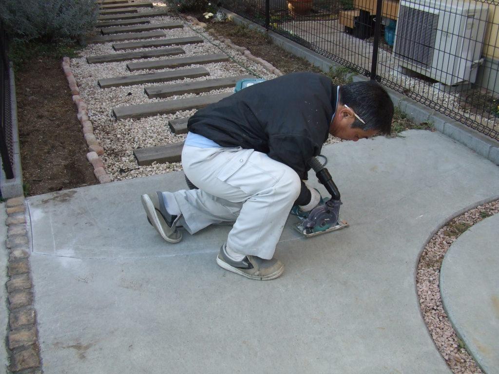 アプローチを華やかに! コンクリートを一部タイルにリフォーム