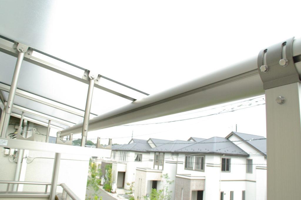 外出中に雨が。ベランダに屋根があれば、少しの雨なら安心です。