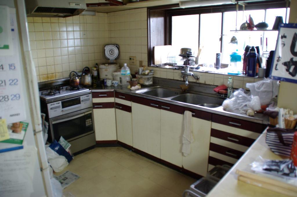 リクシルのシンラにキッチンをリフォーム!床には無垢材を使用します