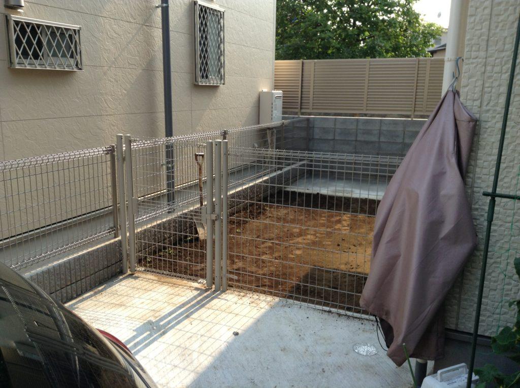 庭の一部にコンクリート施工、車だけでなく自転車や庭道具も置ける場所に