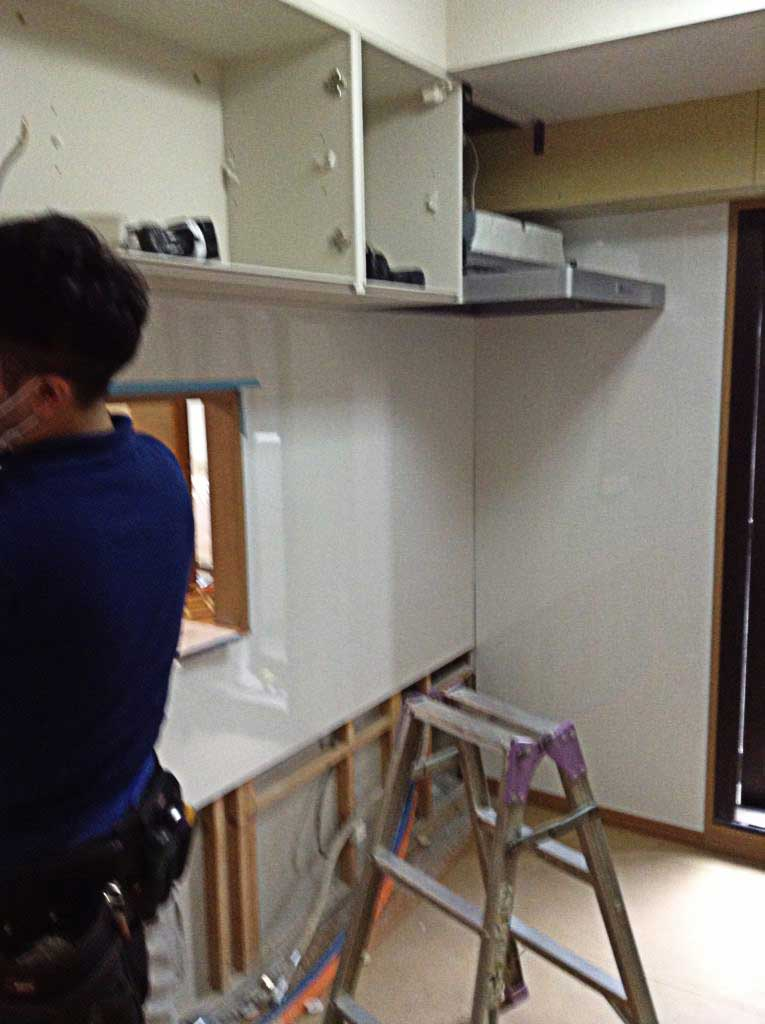 個室だけどリビングを見渡せるキッチンをリフォーム
