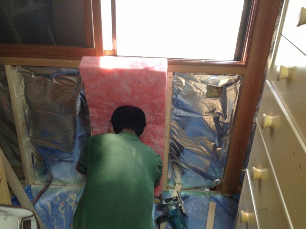 寝室の窓回りを断熱施工。外の温度変化の影響を抑えます