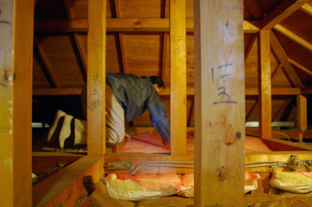 寒い冬が来る前に……屋根裏の断熱で家を保温します