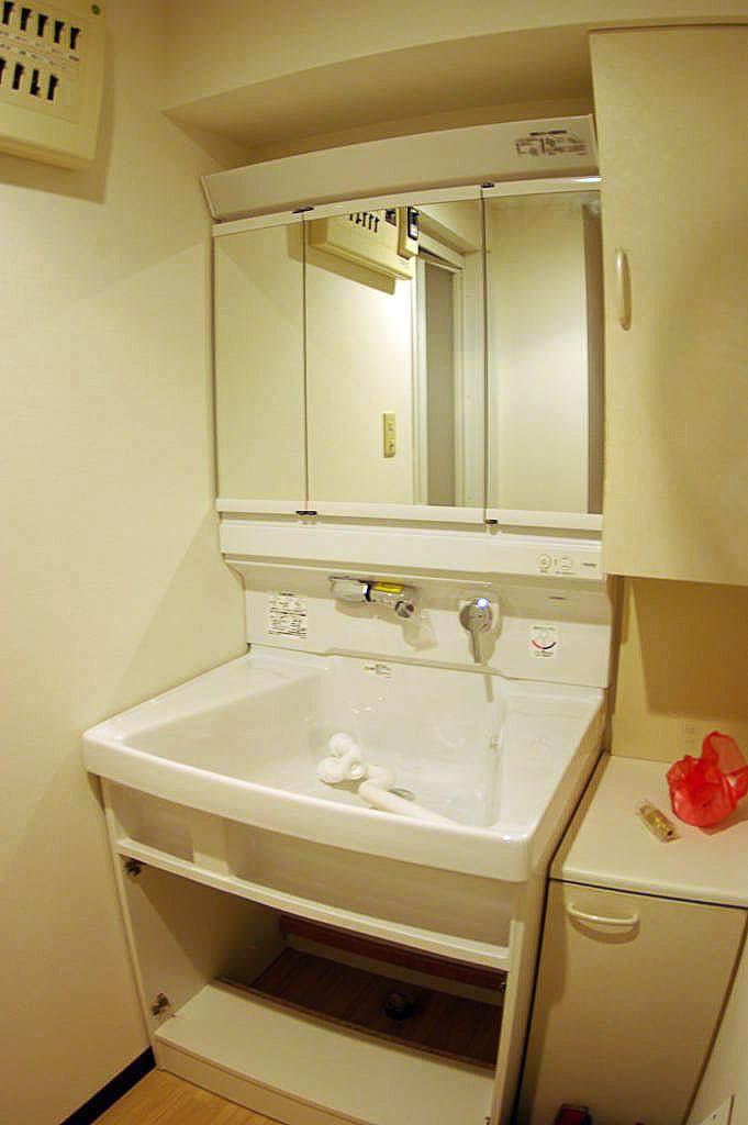 使い続けた洗面台をTOTOサクアにリフォーム 収納力抜群です