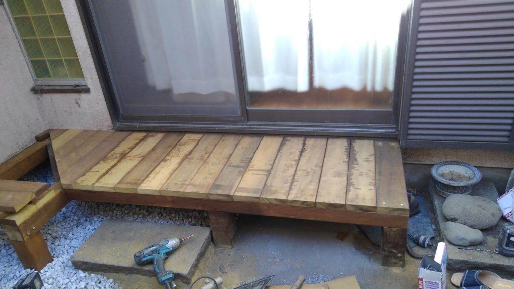古くなった濡れ縁と目隠しフェンスをウッドデッキ材でリフォーム