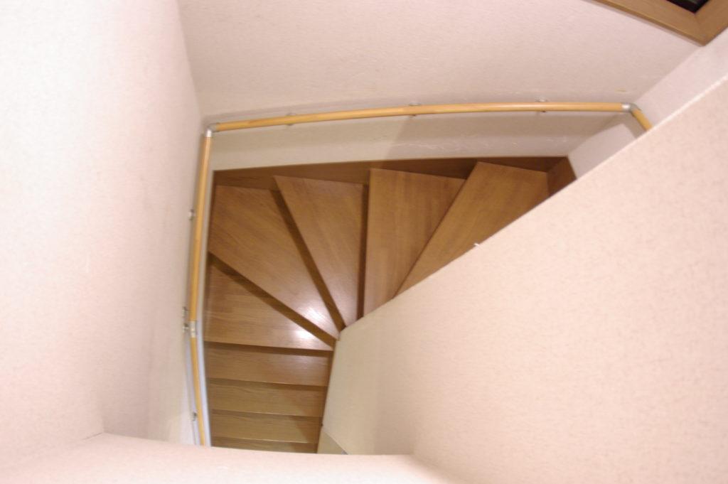 コの字型階段に階段に手すりを設置
