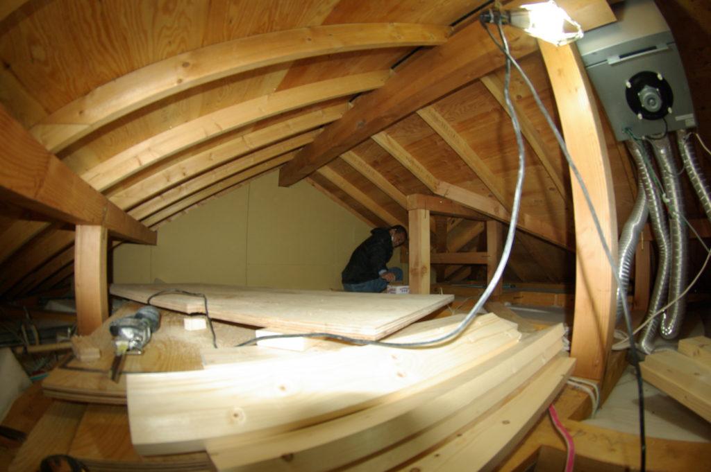 2階天井と屋根の間のデッドスペースを収納に