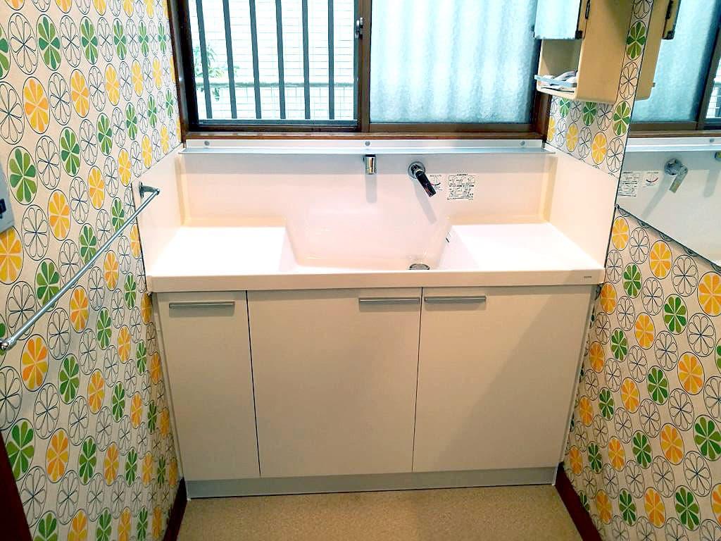 洗面台下の配管から水漏れ! 洗面台を取り換えます