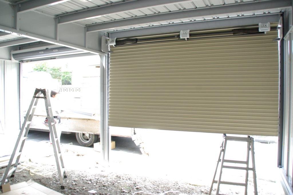 レーシングカーのメンテナンス用ガレージを自宅横に建設