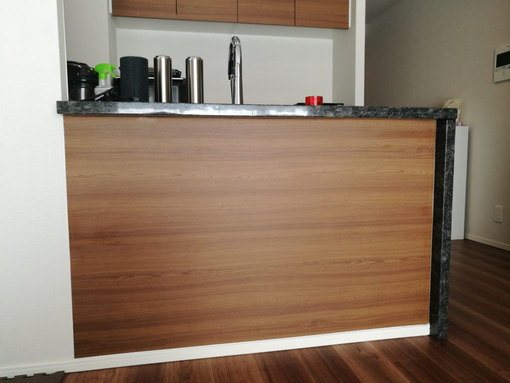 汚れやすいキッチンカウンター下にお掃除ラクラクな化粧板を設置