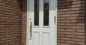 塗装が剥げた玄関ドアを補修