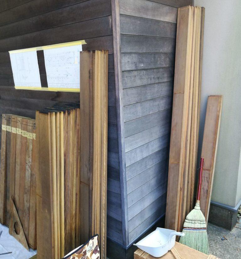 福祉施設の門扉を木製でリフォーム