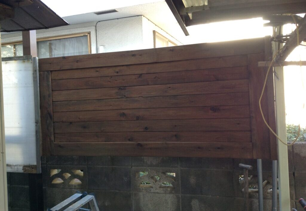 お隣との目隠しに木製フェンスを設置