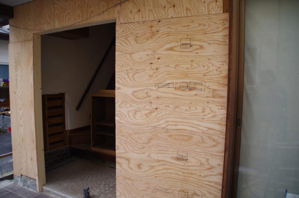 タイルとガラスで囲まれた玄関を親子扉が入るように全面改装