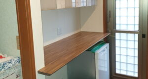"<span class=""title"">キッチン背後に吊戸棚と食洗器を設置</span>"