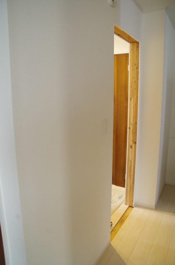 セカンド洗面台への動線を確保 開き戸を引き戸へリフォーム