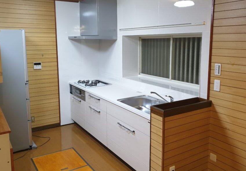 タイル壁のキッチンから白を基調としたキッチンへ